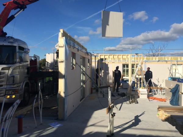 Vid lunchtid sätts de sista väggblocken på plats, snart dax för takstolar.