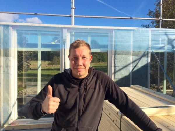 Byggherren Petri på plats för fota första dagen av bygget.